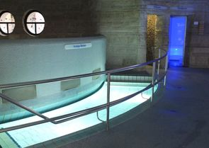 Bild:Kneippbecken mit Dampfbad und Dusche