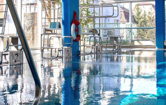 Bild: Schwimmer- / Nichtschwimmerbecken