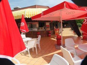 Bild:Sitzgelegenheiten beim Kiosk